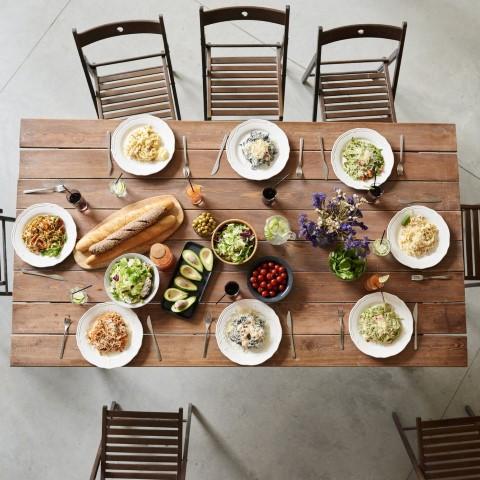 Tafel gedekt met borden en eten